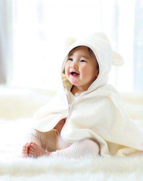 1秒タオルのおくるみに包まれた赤ちゃん